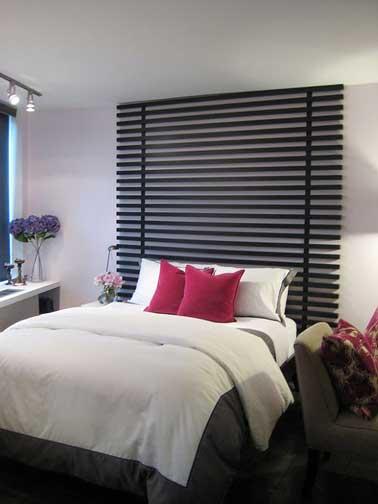 Dans une chambre zen, une bonne idée que de fabriquer une tête de lit avec des lames de MDF peintes en noir avec un effet de store bois hyper déco.