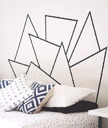 Les formes géométriques au masking tape sont aussi une solution pour gagner de la place. Dans la chambre, cette technique permet de créer une tête de lit.