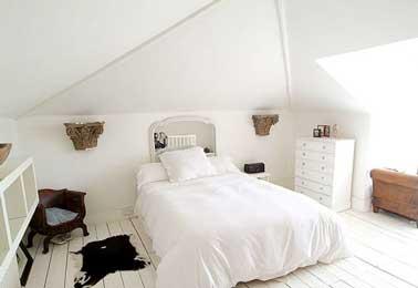 Fabriquer une tête de lit avec un grand miroir en déco de chambre parentale présente l'avantage de doubler la surface de la chambre. Pour doubler l'effet déco, disposer face à la tête de lit un meuble ou un bel objet.