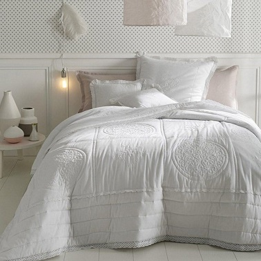 une chambre cocooning blanche avec couette. Black Bedroom Furniture Sets. Home Design Ideas