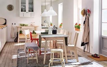 Cette cuisine ikea a beau être vide on imagine aisément une famille réunie autour de la table en bois clair. Une ambiance conviviale règne et c'est le but.