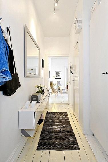 Une d co couloir d 39 entr e a r e avec des miroirs for Decoration interieure couloir entree