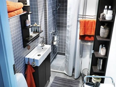 Cette petite et longue salle de bain Ikea rivalise d'astuces pour se rendre pratique et libérer l'espace. Les meubles sont pensés en fonction de la pièce.