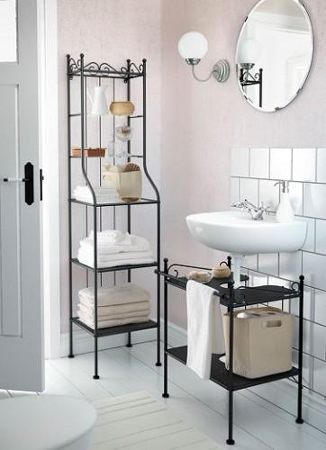 Des meubles rétro, un lavabo suspendu, cette petite salle de bain n'oublie pas la déco et l'allie à l'aspect pratique avec des meubles étagères élégants.