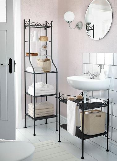 Des meubles rétro, un lavabo suspendu, cette petite salle de bain n'oublie pas la déco et l'allie à la praticité en toute élégance.