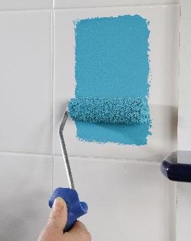 La peinture fait des prouesses lorsqu'il s'agit de repeindre du carrelage avec un résultat durable. Voici 4 conseils pour utiliser une peinture carrelage  sans faire d'erreur.