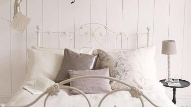 Pour s'offrir une chambre à la déco romantique, rien de tel que d'user de la couleur blanche. Sur les murs blancs associés à un linge de lit beige sont un mariage parfait !