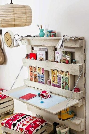 Une palette recyclée fixée au mur est un aménagement de bureau original et économe. Peu vorace en place il permet de créer dans un petit espace un coin bureau charmant.