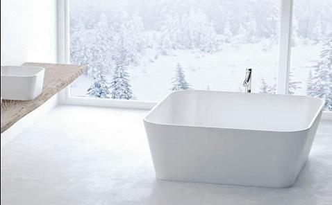 Dans une petite salle de bain, poser une baignoire îlot carrée est une idée hyper design.