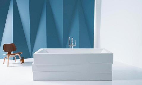Comme des cubes rectangulaires empilés les uns sur les autres, cette baignoire installée en îlot adopte un design original et très moderne.