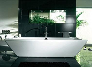 La forme trapèze de cette jolie baignoire en acrylique blanc apporte un design élégant à toute la salle de bain moderne.