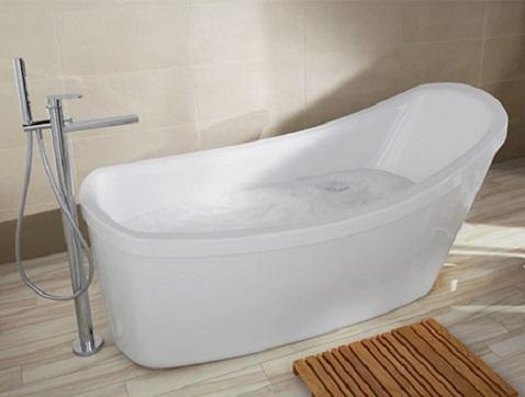 Cette baignoire aux courbes épurées et arrondies appelle à la détente. La robinetterie en inox installé au sol monte jusqu'aux bords de la baignoire.