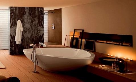 Dans une salle de bain zen, une baignoire ovale apporte un cachet design à la pièce.