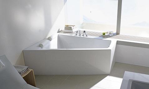 Confortable, cette grande baignoire à angle droit peut accueillir jusqu'à deux personnes pour buller en amoureux dans un bain design.