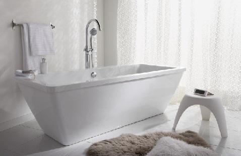 L'ambiance cocooning de cette salle de bain est relevé par la jolie baignoire îlot rectangulaire