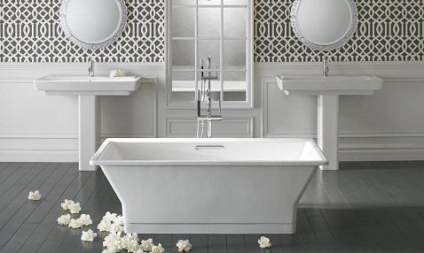 Géométrique, cette baignoire installée au centre de la pièce en îlot apporte de la douceur à la salle d'eau.