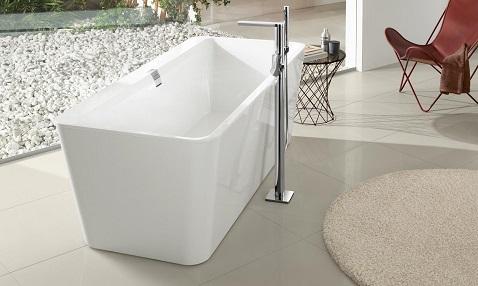Rectangulaire, fine et raffinée, la baignoire îlot structure la pièce en la modernisant.