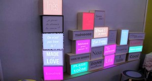 Illuminez votre déco intérieure avec la boite lumineuse design signée Dada Light ! Personnalisable, cet objet déco met en lumière les messages de votre choix.