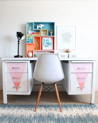 bureau en m tal repeint dans des couleurs pastel. Black Bedroom Furniture Sets. Home Design Ideas