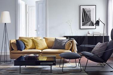 Pour réveiller une déco d'un salon gris au style design, un canapé jaune avec des pieds fins en métal s'avère être un aménagement moderne et élégant.