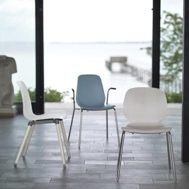 Chaise avec pieds et accoudoirs en métal, assise arrondie blanc ou bleu.