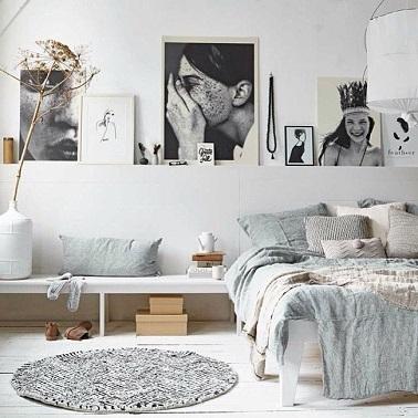 Le gris et le blanc dans une chambre scandinave font toujours bon ménage. Ces deux couleurs douces s'associent dans une chambre à coucher blanche pour lui donner du cachet.