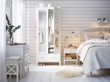 Pour une chambre ambiance bord de mer, le blanc est la couleur idéale. Les lambris peints aux murs et les meubles rajoutent à cette déco fraîche et lumineuse comme jamais.