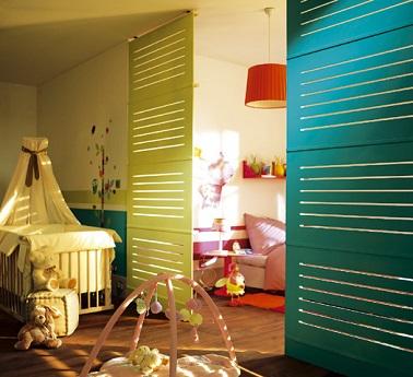 Dans une chambre où il y a 2 enfants, une cloison sur vérins amovible crée deux espaces et deux univers différents. De cette façon chaque bout de chou retrouve son cocon perso.