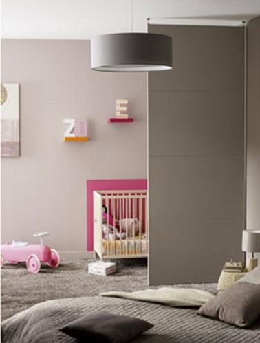 Quand bébé dors près des parents, une cloison amovible permet de délimiter temporairement et de façon déco deux espaces dans une même chambre. Tout le monde s'y retrouve !
