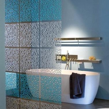 Des carrés attachés les uns aux autres peuvent être une solution esthétique pour créer une jolie cloison amovible dans la salle de bain. En plus ils sont modulables.