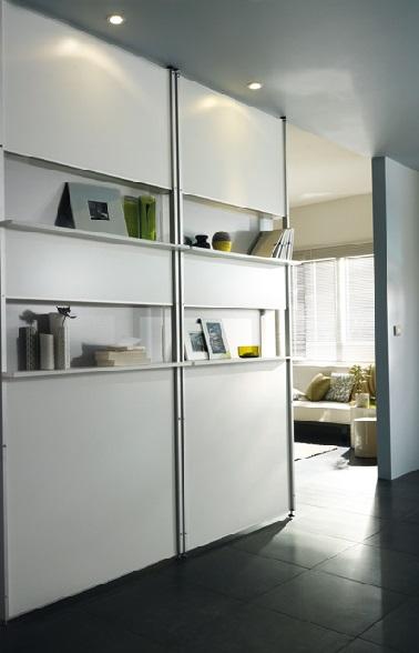 Aménager une bibliothèque en guise de cloison amovible est une excellente idée surtout dans les grands intérieurs. Cela permet de ranger les livres et de séparer l'espace.