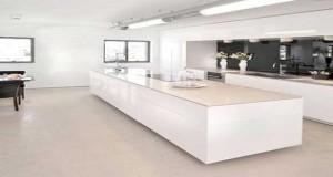 Idées Déco Pour égayer Une Cuisine Blanche - Cuisine blanche avec parquet pour idees de deco de cuisine