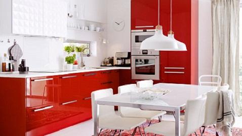 Une cuisine toute de rouge vêtue qui calme le jeu avec du blanc délicat pour une déco cuisine design.