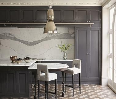 Peinture grise dans une cuisine ouverte couleur Victorian Purple