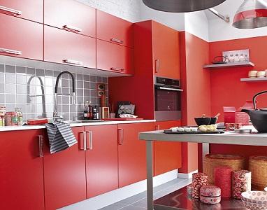 Une cuisine avec meubles de cuisine rouges simples mais pleins de charme.