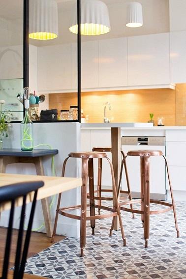 Pour une cuisine tendance vintage, rien de tel que d'opter pour l'installation d'une verrière atelier. Cet aménagement en vogue rend la cuisine à la fois moderne et rétro.