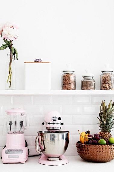 Pour un relooking total de la cuisine, une idée déco simple consiste à changer les accessoires déco. Cela donnera un nouveau visage à la cuisine sans devoir tout changer.