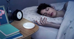 Avec Dodow sur la table de chevet, l'objet connecté intelligent, la qualité du sommeil est augmentée de 30%. Fini les nuits blanches, la veilleuse régule le sommeil comme un métronome.