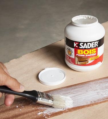 Mettez une bonne couche de colle sur les feuilles de placage et posez les en appuyant sur le support du sapin en bois de contre plaqué.