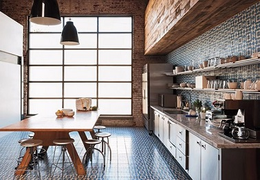 La déco vintage est idéale pour les grandes cuisines qui manque de chaleur. Avec une table en bois et un plan de travail en marbre, cette cuisine est plus conviviale que jamais.