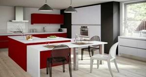 Mat ou laqué une cuisine rouge est la couleur pour une cuisine moderne ambiance design ou familiale. Avec du carrelage blanc, une crédence inox, une sélection de 12 cuisines design passionnément rouge.