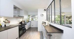 Agencement des meubles de cuisine, plan de travail, couleurs, 5 idées déco pour un aménagement de cuisine en longueur à adopter pour lier déco et aspect gain de place.