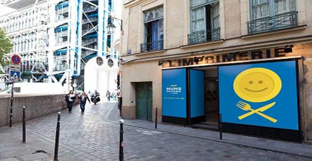 Ikea ouvre Mums, un pop up store pour les gourmands. Mums, une épicerie éphémère dans le Marais à Paris à l'ambiance semblable à celle des magasins du géant du meubles en kit.