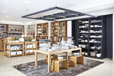 """Tel un cahier de tendances, le pop up store Habitat allie déco vintage et design. Vaisselle, mobilier et linge de maison, ce magasin joue la carte du """"comme à la maison""""."""