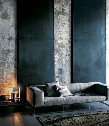 Pour une déco urbaine industrielle dans le salon, on peut associer deux nuances de gris : le gris béton et le gris anthracite. Peindre ces deux gris à côté c'est moderne.