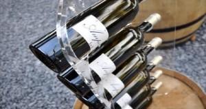 Un porte bouteilles élégant Bacchus en acrylique transparent de la marque accessoires de cuisine design Avec Ceci à fixer au mur de la cuisine