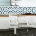 La tendance des carreaux de ciment dans la cuisine a conquis le papier peint sur support vinyle ce qui donne toute liberté pour le poser en crédence