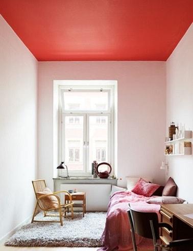 Peindre un plafond en rouge dans chambre cocooning - Peindre mur et plafond ...