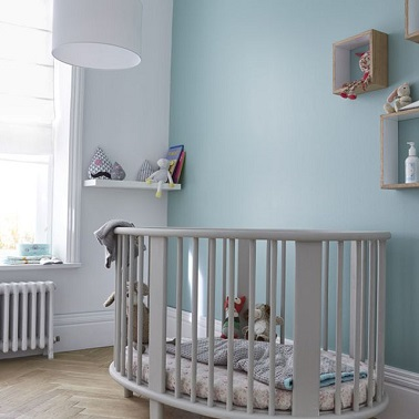Pour repeindre les murs de la chambre de bébé, la peinture dépolluante s'avère être un outil très pratique. Elle assainit la pièce et adopte une couleur topaze toute douce.