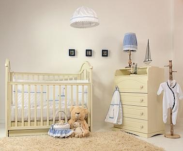 Utiliser une couleur écru pour la peinture de la chambre d'un petit bébé ça aide à faire entrer la lumière. De plus, ça donne une déco apaisante pour les nuits du bambin.